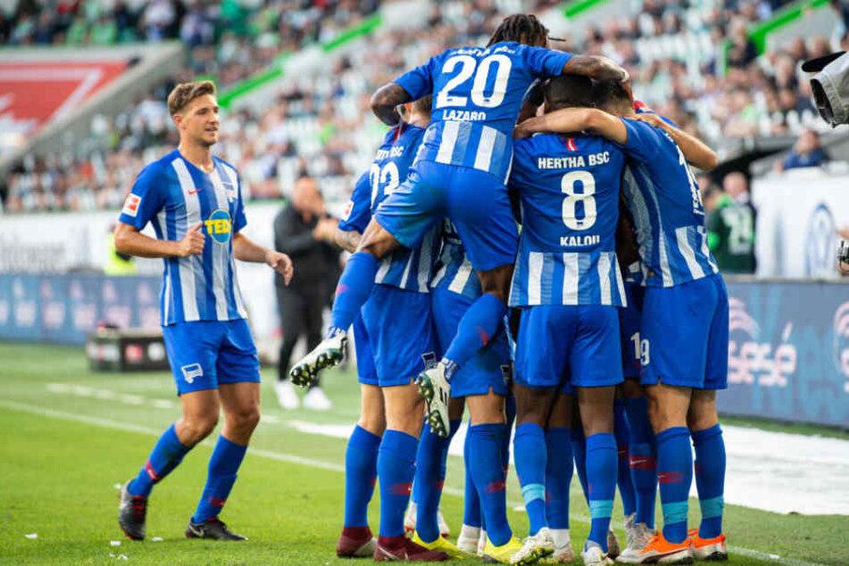 Hertha oben auf: Die Mannschaft gratuliert Javairo Dilrosun zum ersten Bundesligator.