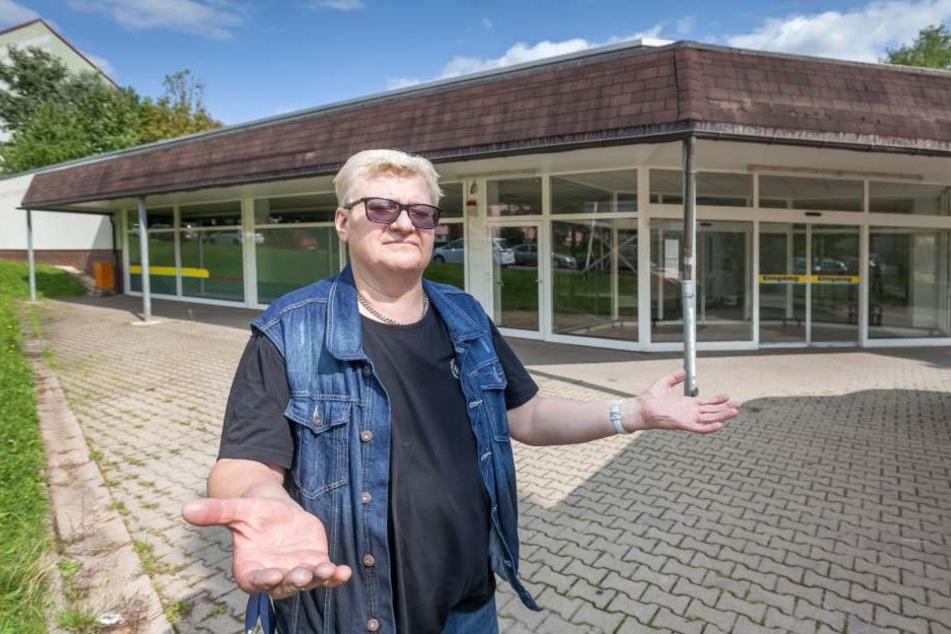 Peter Schmidt (57) steht vor dem verwaisten Supermarkt-Gebäude in Marienthal. Seit mehr als einem Dreivierteljahr warten die Anwohner auf eine Lösung.