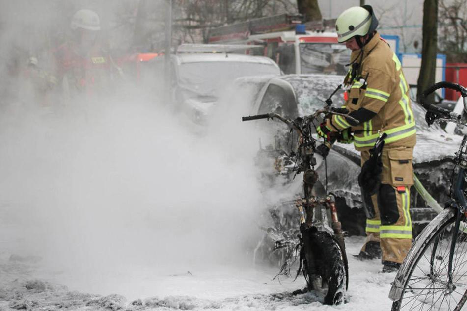 Mann will Roller lackieren und setzt drei Fahrzeuge in Brand