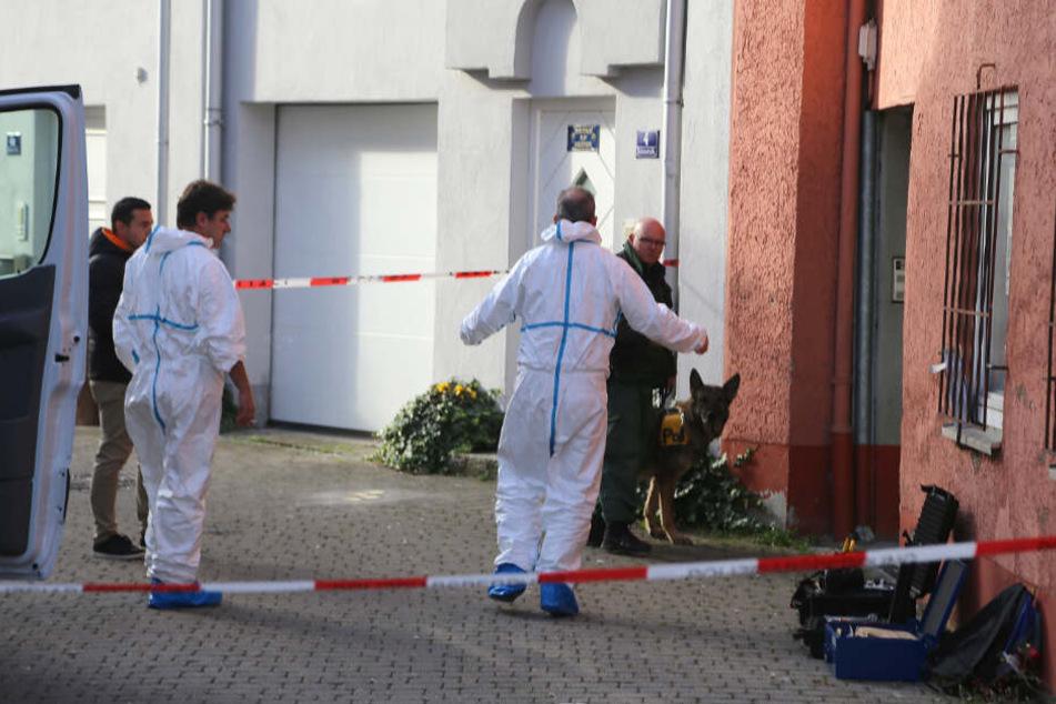 19.10.2017: Polizisten durchsuchen eine Wohnung, nachdem zwei Monate zuvor eine 35 Jahre alte Frau verschwunden war. Wenige Tage später entdeckte die Kripo die Leiche der dreifachen Mutter im Vorort Memmingerberg.
