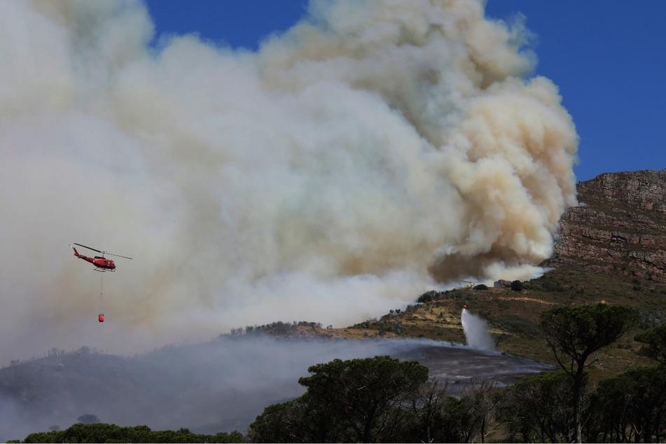 Wahrzeichen in Flammen: Feuer zerstört Teile des Tafelbergs