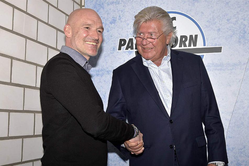 Trainervorstellung: Hier reichen sich Präsident Wilfried Finke (65) und Trainer Stefan Emmerling (50) die Hand.