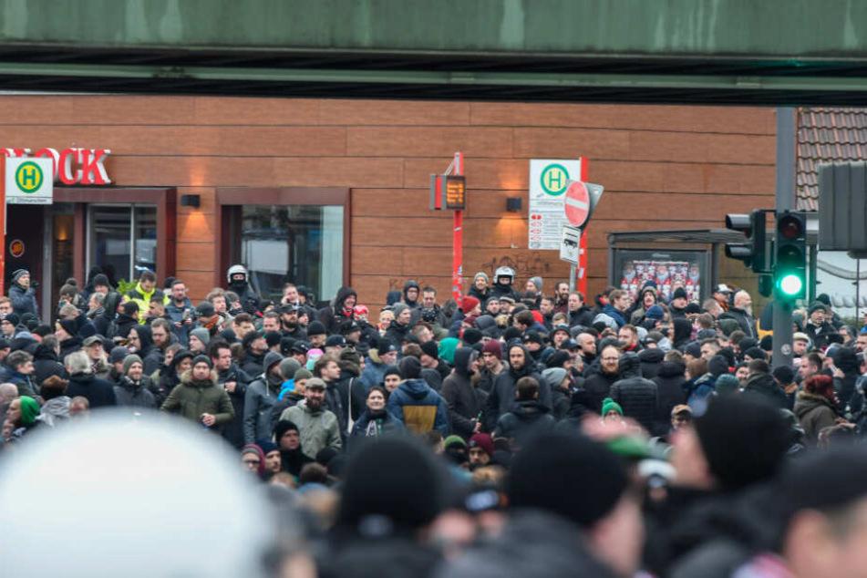 Die St.-Pauli-Fans sind am Bahnhof Othmarschen angekommen.