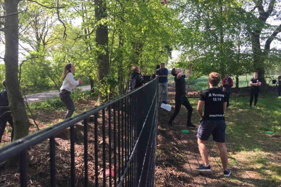 Jugendparteien der Minderheiten im deutsch-dänischen Grenzland spielen als Protest gegen den dänischen Wildschweinzaun Volleyball.