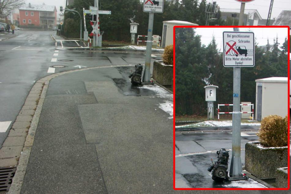 Ein Unbekannter hat einen Motor am Schild abgestellt.