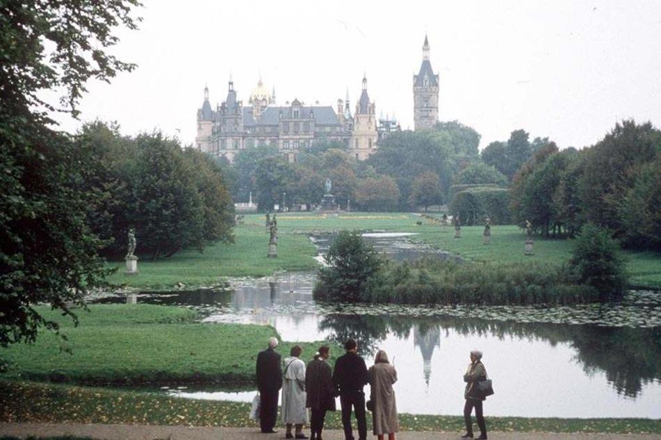Im Schweriner Schlossgarten missbrauchte der Mann einen Schüler aufs Übelste.