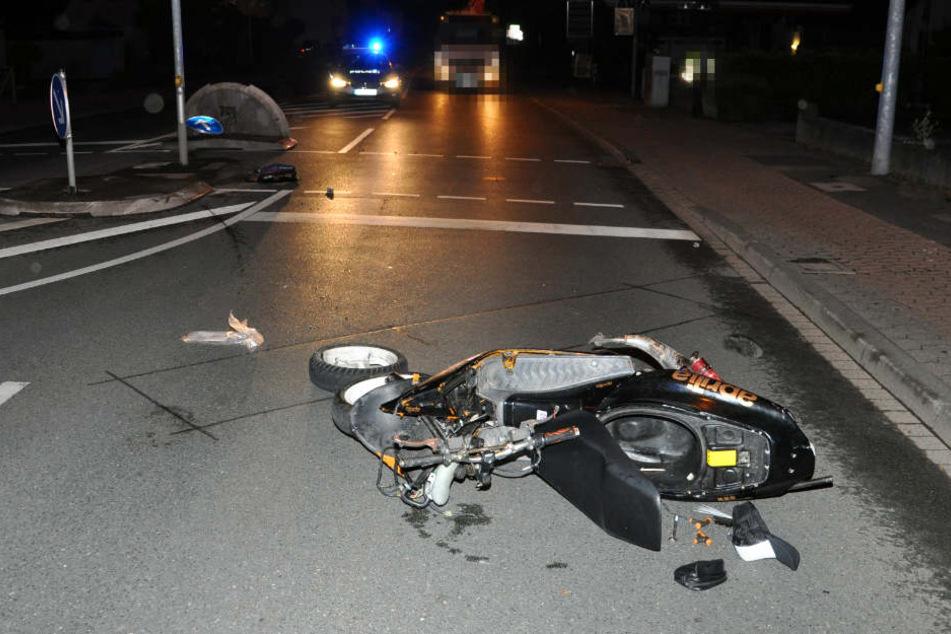 Der 27-Jährige krachte mit seinem Roller gegen eine Verkehrsinsel und stürzte schwer.