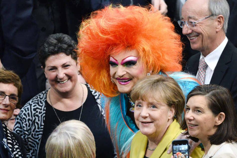 Olivia Jones posiert für ein Foto mit Bundeskanzlerin Angela Merkel.