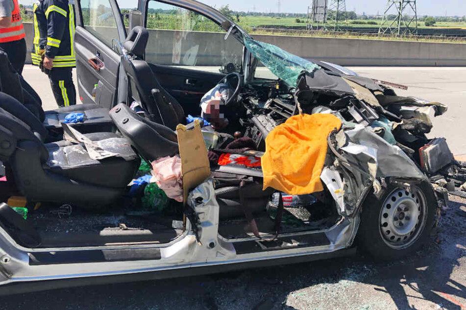 Ein VW Sharan ist auf der A8 am Ende eines Staus in das Heck eines Lastwagens gekracht.