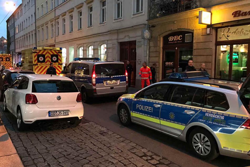 Gleich mehrere Polizeifahrzeuge und Rettungskräfte rückten an.