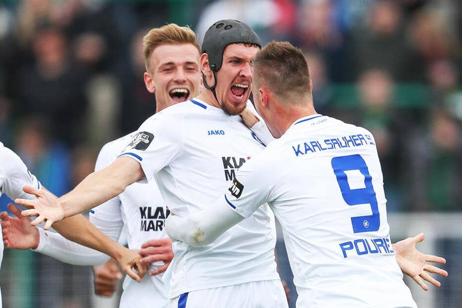 Grenzenloser Jubel beim Karlsruher SC: Damian Roßbach (M.) und Marvin Pourie feiern den Aufstieg in die 2. Bundesliga.