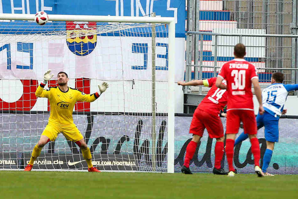 So war's in der Vorsaison: Meppens Markus Ballmert (r.) bezwang FSV-Keeper Johannes Brinkies.