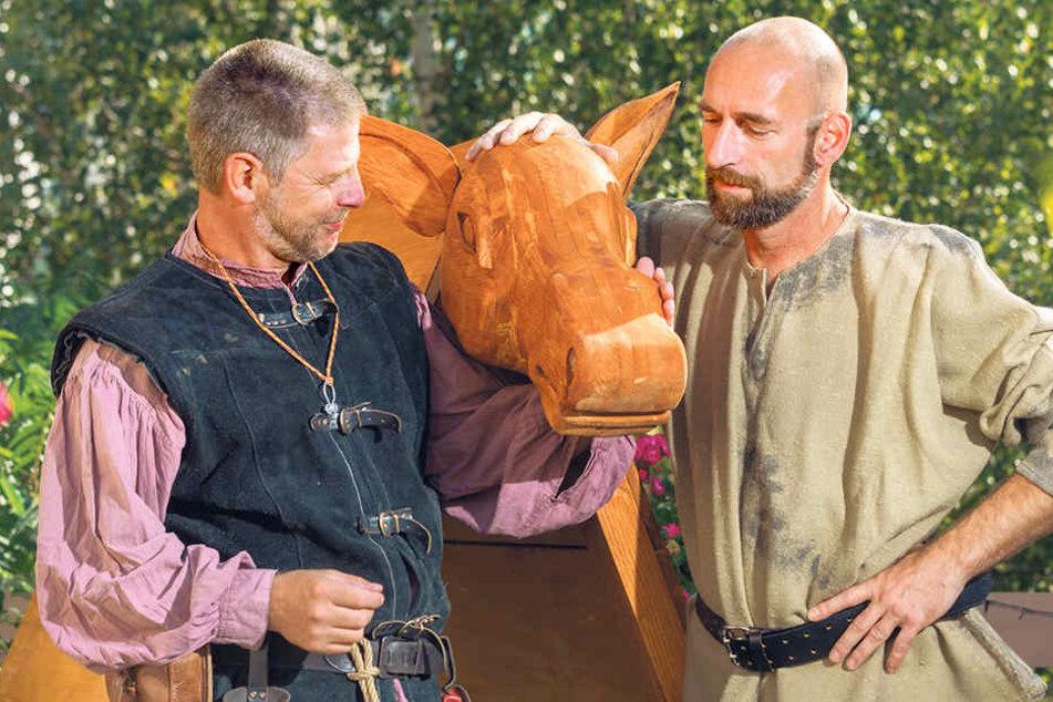 Da sind sich Mario Sempf (48, l.) und Thomas Zahn (49) einig: Niedlich ist am  Schandesel nur der geschnitze Kopf.