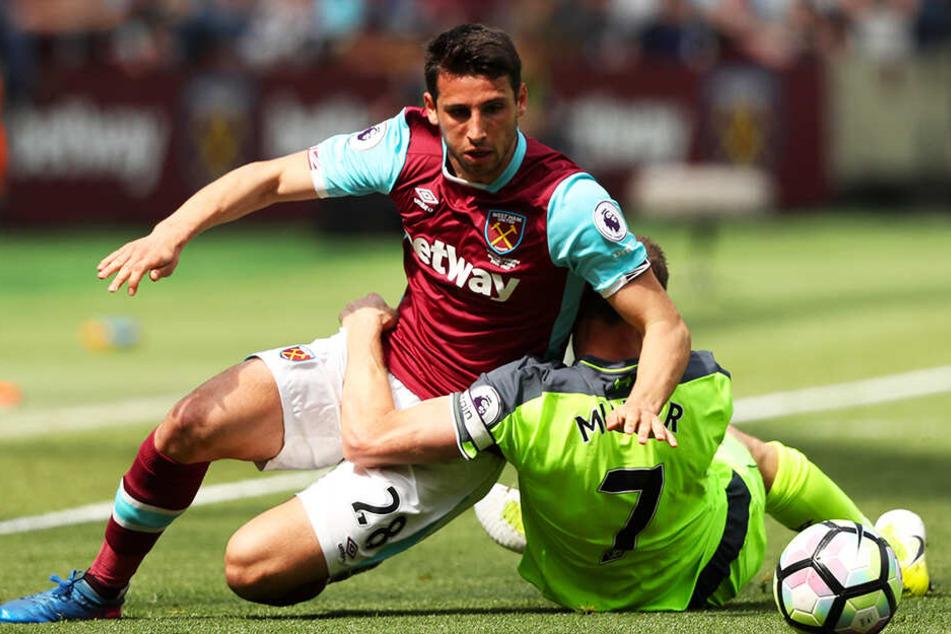 Jonathan Calleri (l.), hier noch im Trikot von West Ham United, wurde von Gironas Keeper Bono vernascht.