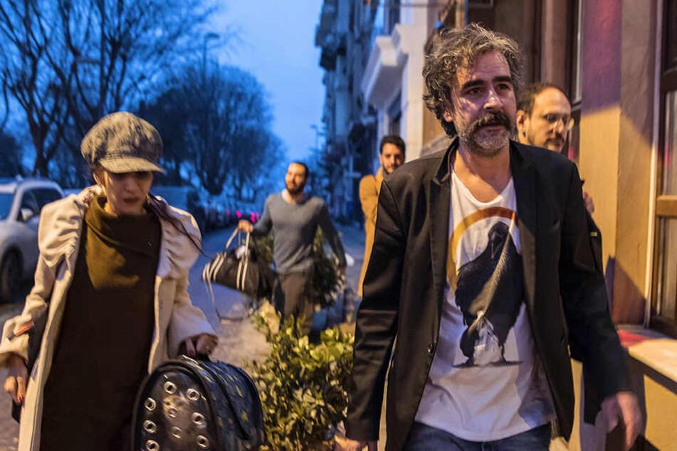 Deniz Yücel hat nach seiner Freilassung sein erstes Inteview gegeben und dabei die Bundesregierung wegen ihrer Türkei-Politik kritisiert.