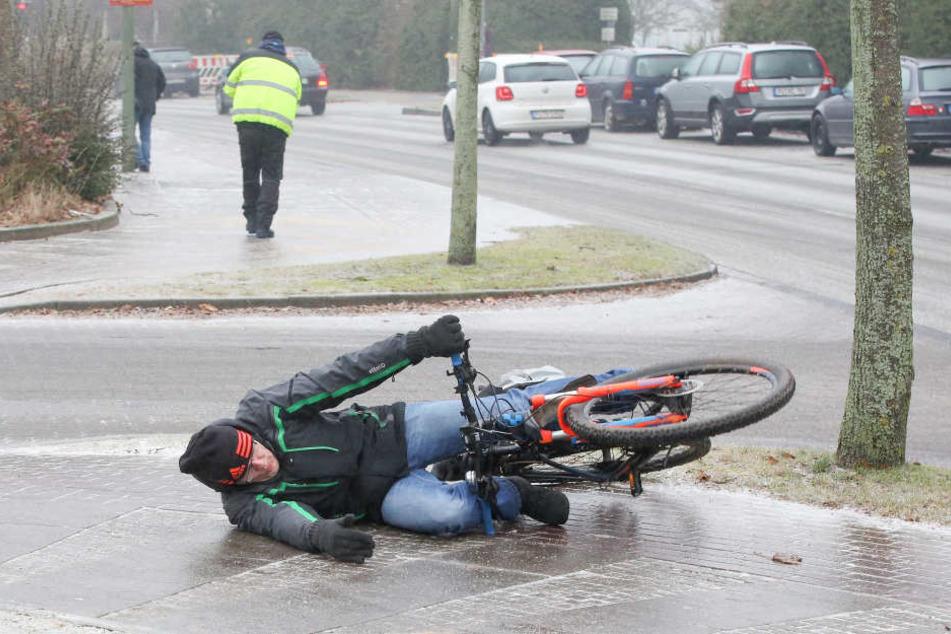 Schneefall und Blitzeis haben in Teilen Deutschlands für abenteuerliche Verhältnisse auf den Straßen gesorgt.