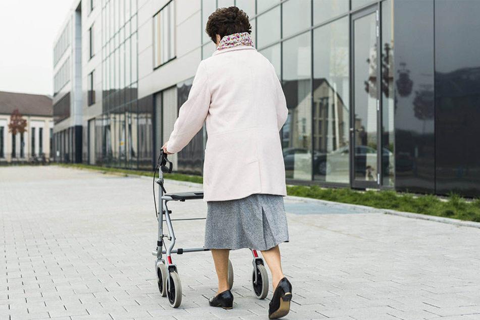 Die Seniorin wurde vor einem Pflegeheim in der Eisenbahnstraße von einer Unbekannten angesprochen und in ihrer Wohnung bestohlen (Symbolbild).