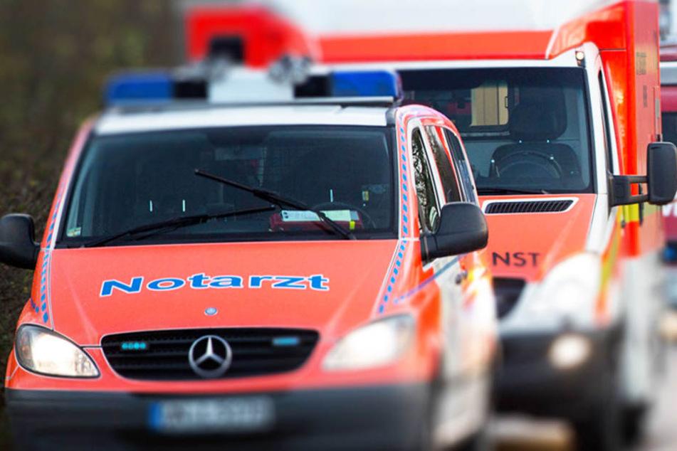 Rettungskräfte brachten die schwer verletzte Beifahrerin in ein Krankenhaus. (Symbolbild)