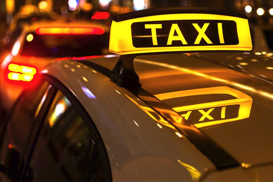 Als ein Taxifahrgast das Auto verließ, kam er ums Leben. (Symbolbild).