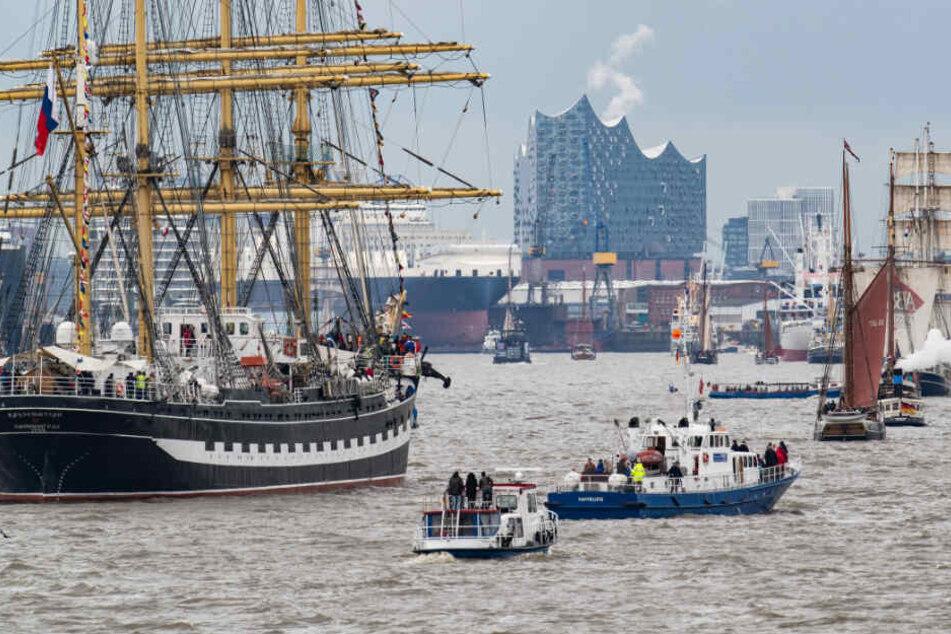 Segelschiffe und Boote nehmen an der Einlaufparade zum 830. Hamburger Hafengeburtstag teil.