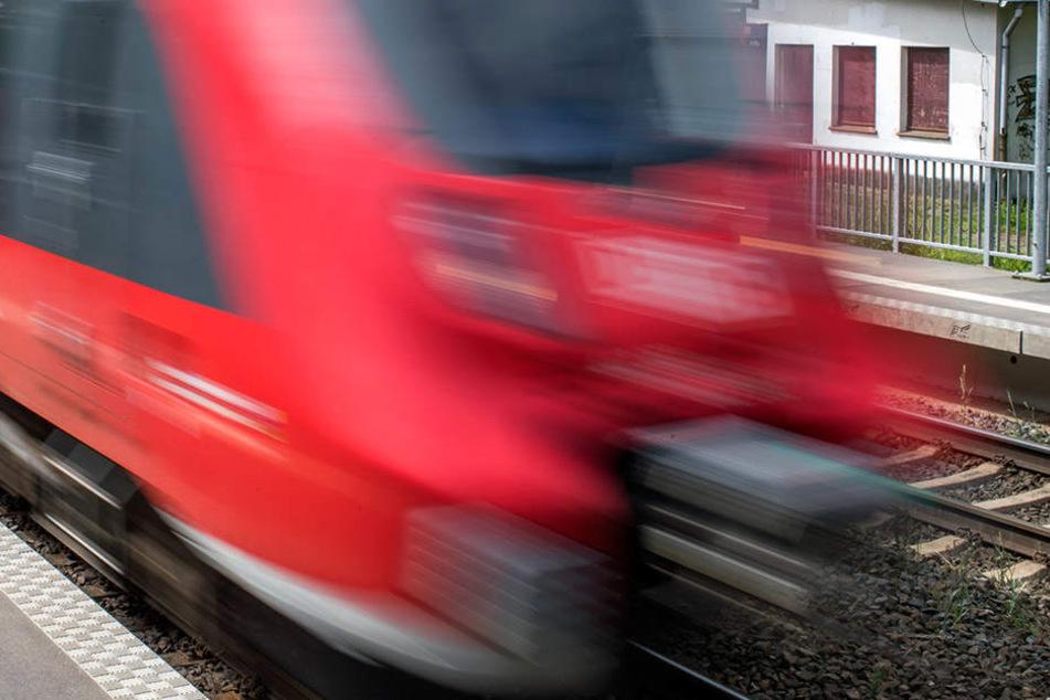 In Pulsnitz wurde ein 20-Jähriger vom Zug überfahren.
