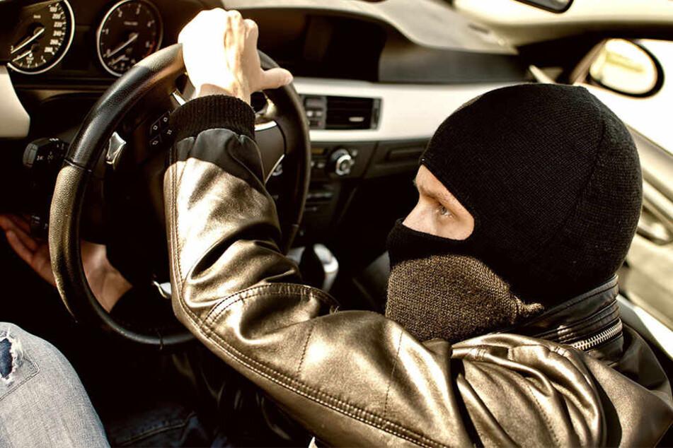 Der 31-Jährige schnappte sich den Autoschlüssel und raste mit dem geraubten VW Golf in Richtung Lausen davon. (Symbolbild)