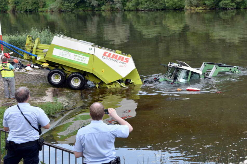 Todesangst! Frau versinkt mit Traktor im Fluss