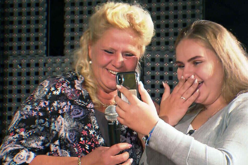 Harald wird per Videoanruf direkt zu Silvia auf die Bühne geschaltet und macht der 11-fach-Mama vor 700 Gästen und laufenden Kameras einen Heiratsantrag.