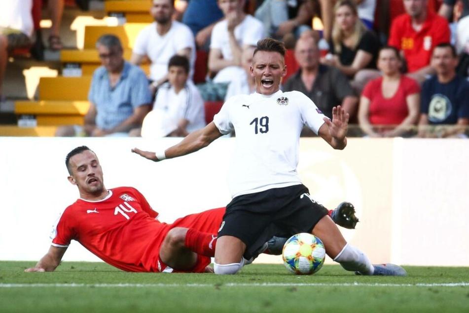 Mit schmerzverzerrtem Gesicht geht Hannes Wolf (r.) nach dem Zweikampf mit Serbiens Vukasin Jovanovic bei der U21-EM zu Boden. Mit gebrochenem Knöchel blieb er danach auf dem Feld liegen.