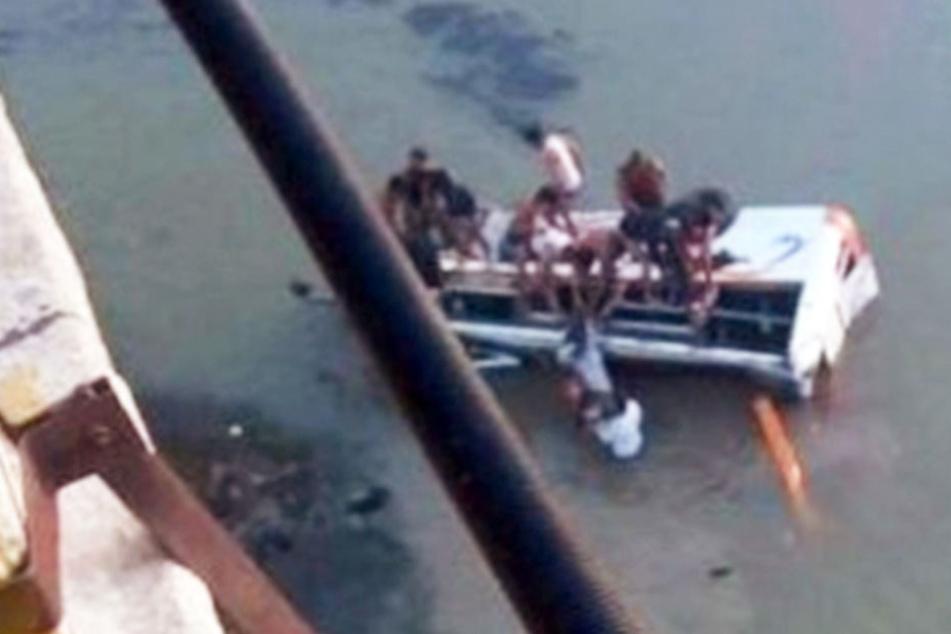 Bus durchbricht Geländer und stürzt 30 Meter in die Tiefe: 32 Tote