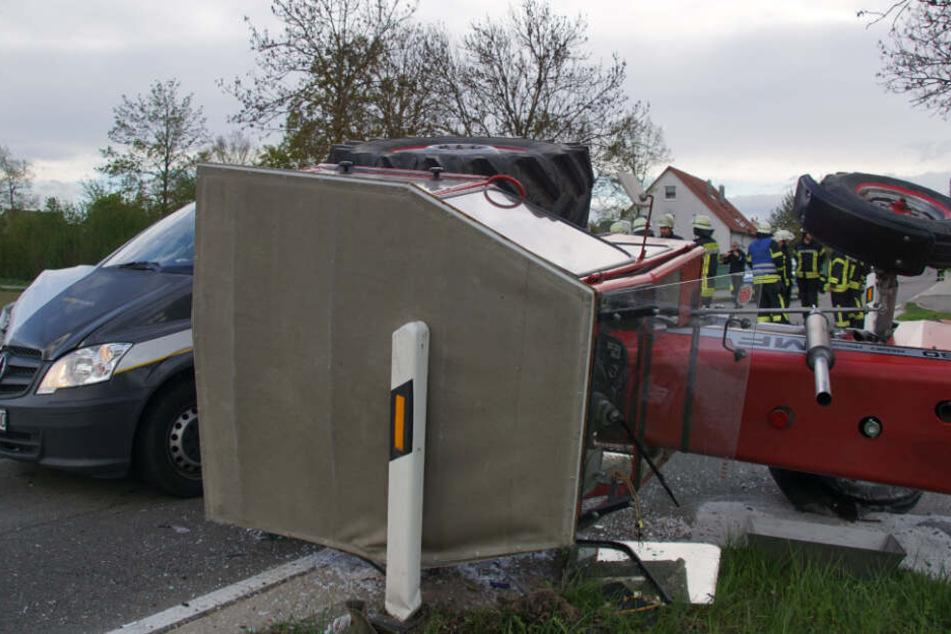 Der 70-jährige Traktorfahrer wurde bei dem Unfall schwer verletzt und musste in ein umliegendes Krankenhaus gebracht werden.