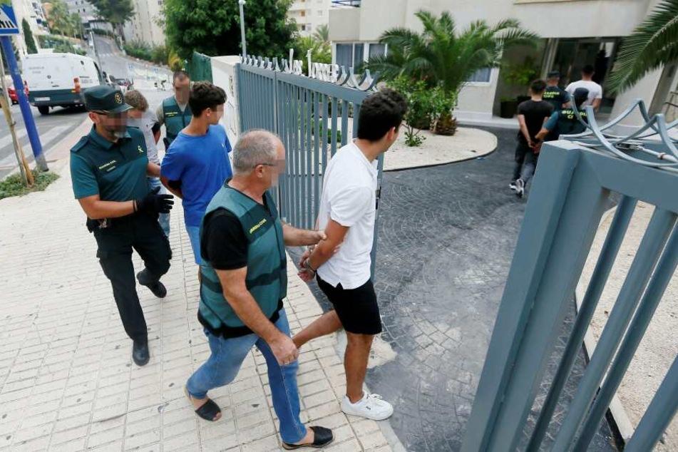 Fünf Franzosen wurden zunächst festgenommen. Zwei sind mittlerweile wieder frei.
