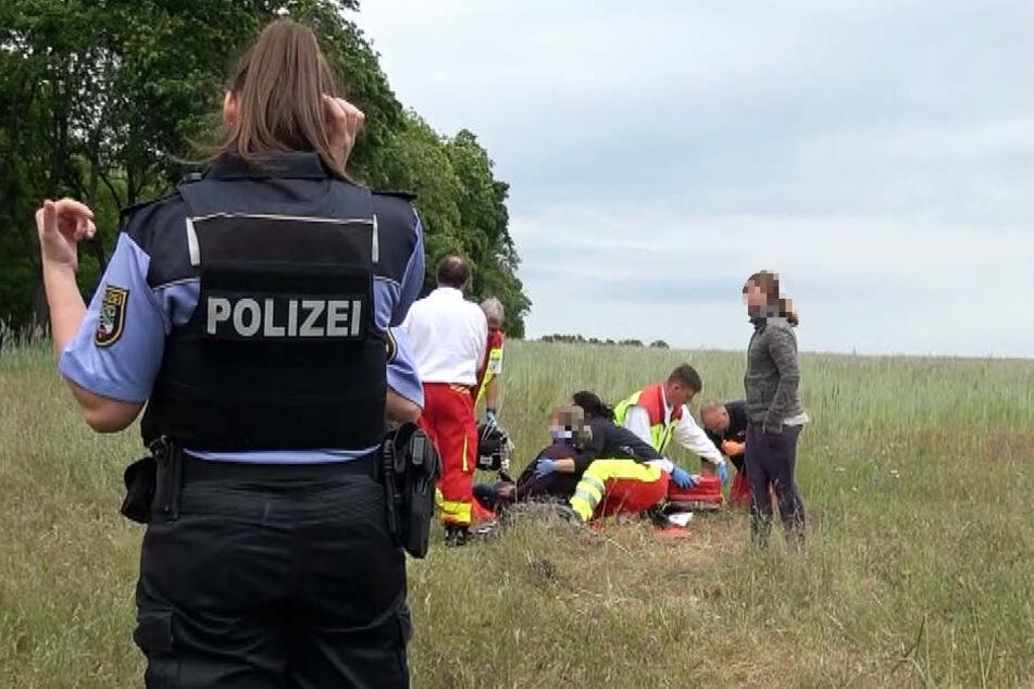 Sanitäter kümmerten sich um die Schwerverletzten, unter denen sich auch ein Kind befinden soll.