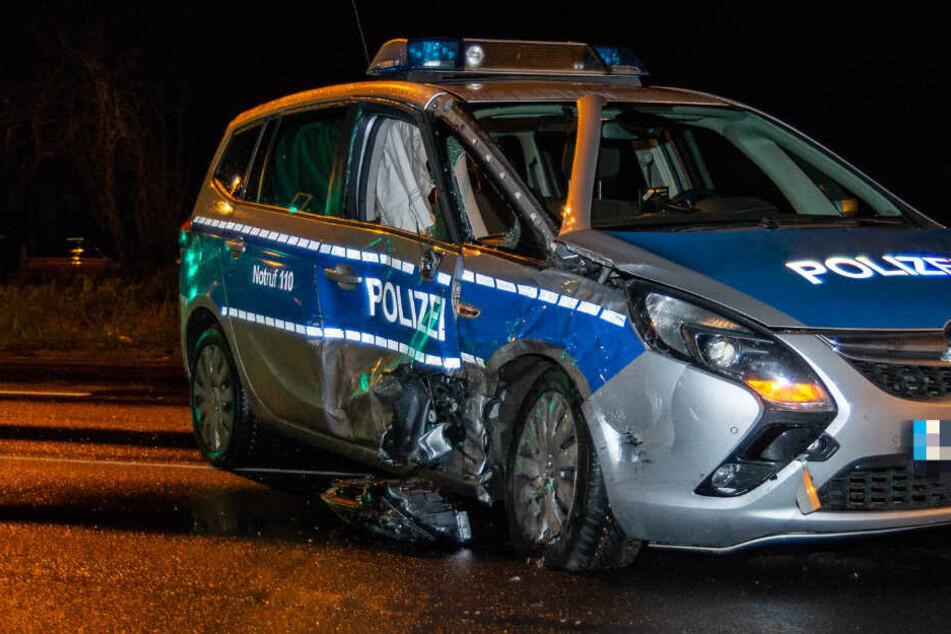 Auto rauscht über Rot und kracht in Polizeiauto: Zwei Beamte schwer verletzt