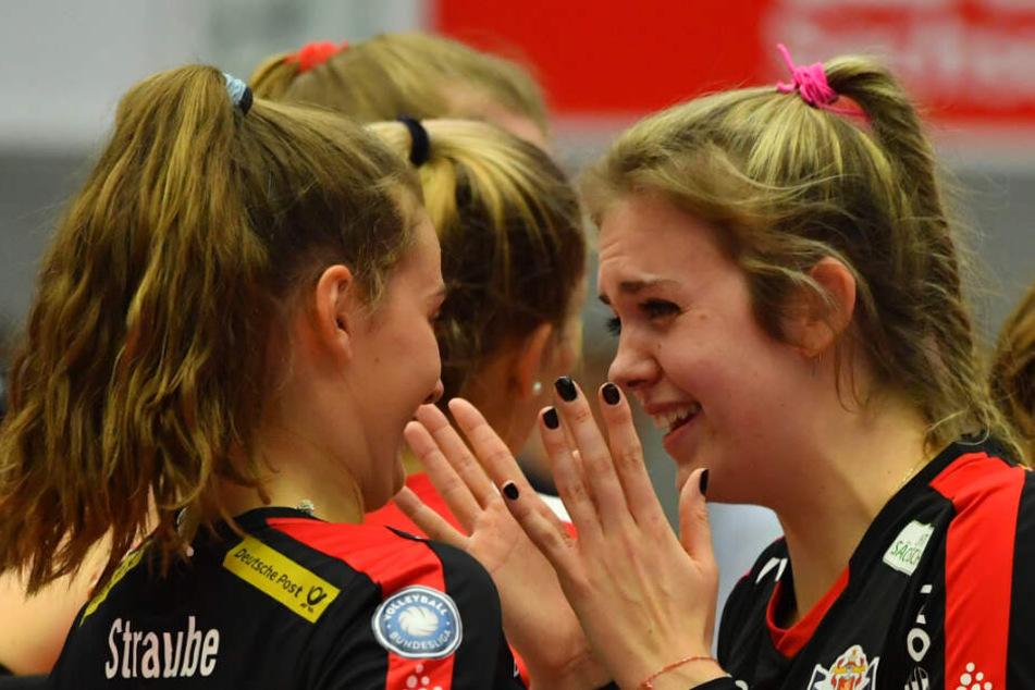 Sarah Straube jubelt mit Emma Cyris nach dem Sieg gegen Suhl.