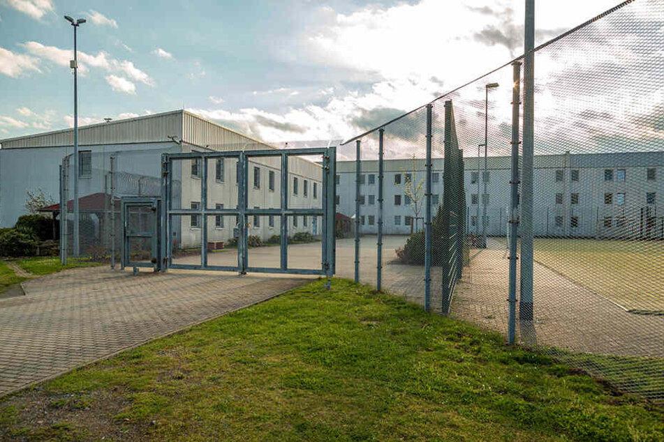 Hinter den Gittern der JVA Zeithain geschah ein Selbstmord. Die Gefangenen verlangen Aufklärung von der Anstaltsleitung.