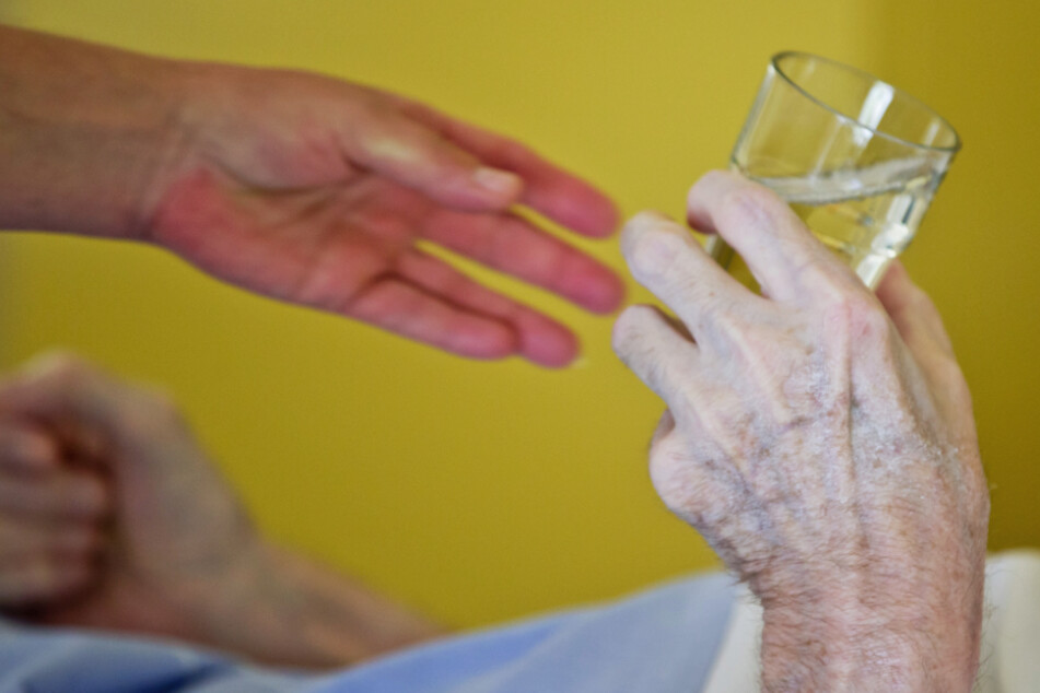 Alle Mitarbeiter von Pflege- und Rettungsdiensten sollen den Pflegebonus bis Ende August ausbezahlt bekommen. (Symbolbild)