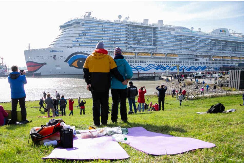 Zahlreiche Schaulustige beobachteten Anfang Oktober die Überführung des Kreuzfahrtschiffes auf der Ems.