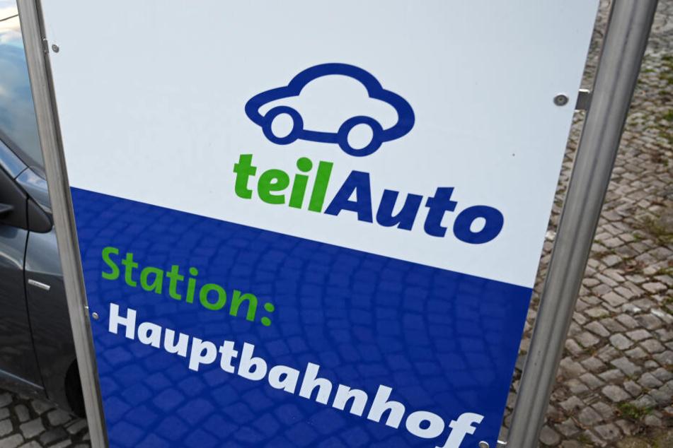 """Eine """"teilAuto""""-Station am Erfurter Hauptbahnhof."""