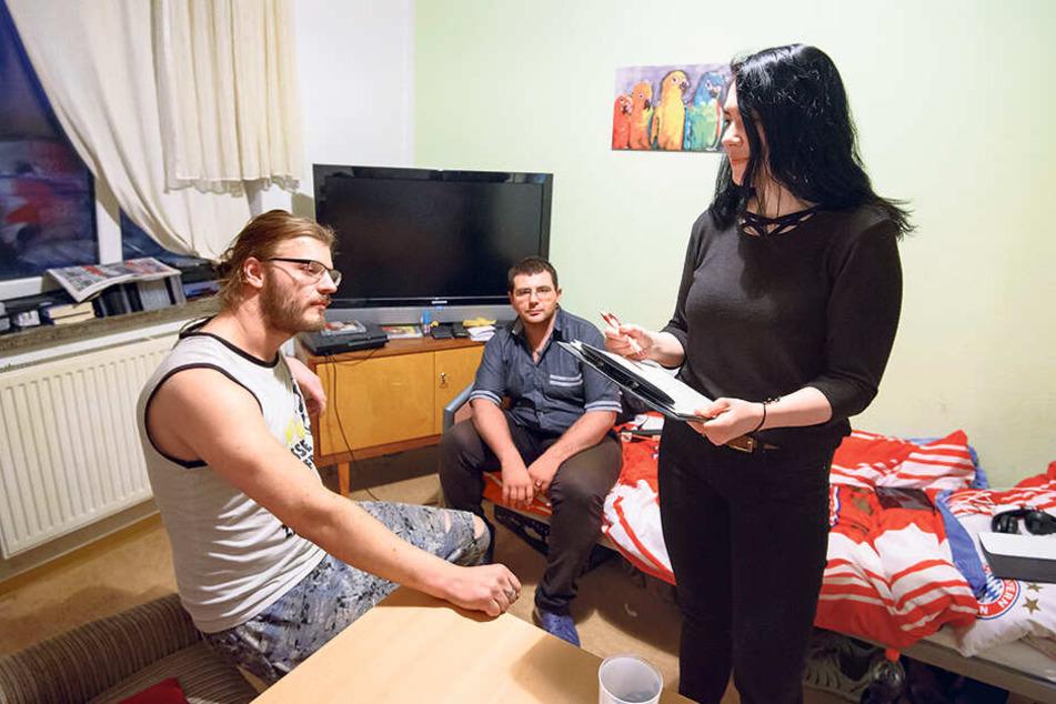 Jenny Kern (23) betreut Martin Helfricht (30, l., seit 2014 obdachlos) und Oliver Kersten (32, seit 2018 ohne Wohnsitz) im Nachtquartier.