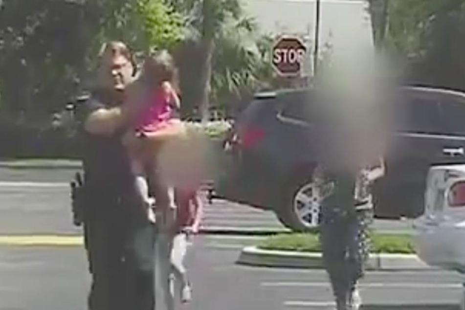 Polizist Bill Dunn rettete das kleine Mädchen aus dem Auto.