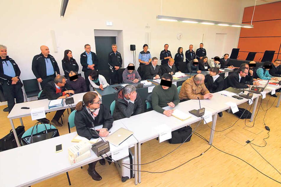 Balkon-Bande vor Gericht: Vier der sechs Angeklagten wandern in den Knast.