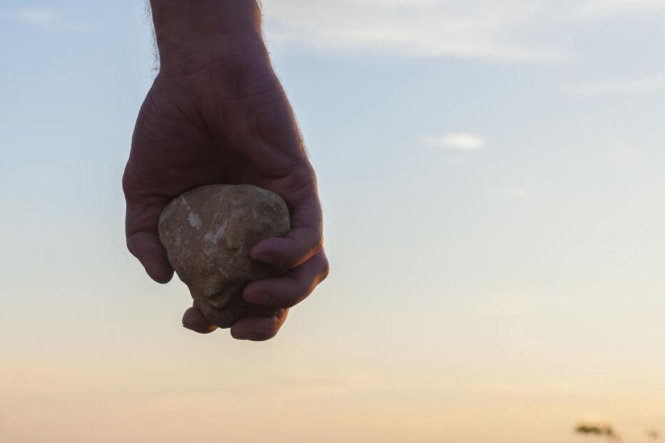Die Polizei ermittelt jetzt gegen die unbekannten Steinewerfer. (Symbolbild)