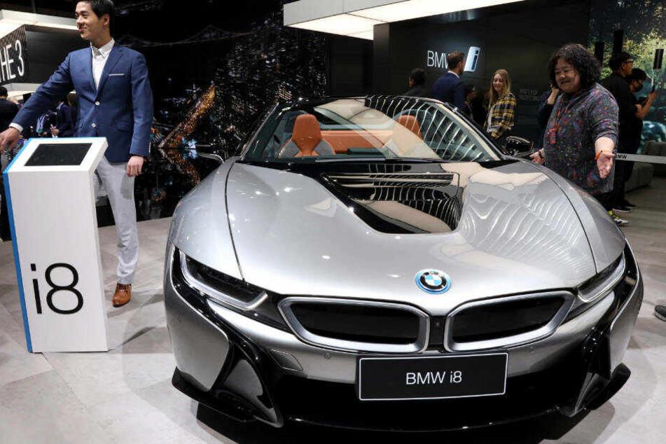 Der Hybrid-Sportwagen BMW i8 bringt über 350 PS auf die Straße.