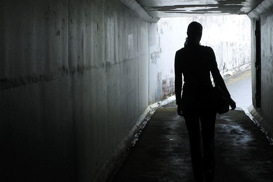 Mann schlägt junge Frau auf der Straße nieder und versucht sie auszuziehen