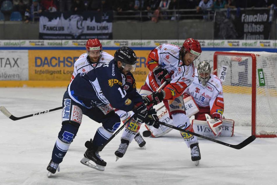 Sven Rupprich von den Eislöwen im Zweikampf mit Eispirat Mark Lee.
