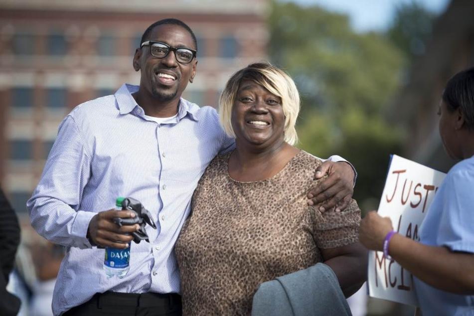 Nach 23 Jahren Gefängnis verlässt Lamonte McIntyre mit seiner Mutter Rosie McIntyre das Gerichtsgebäude in Kansas City.