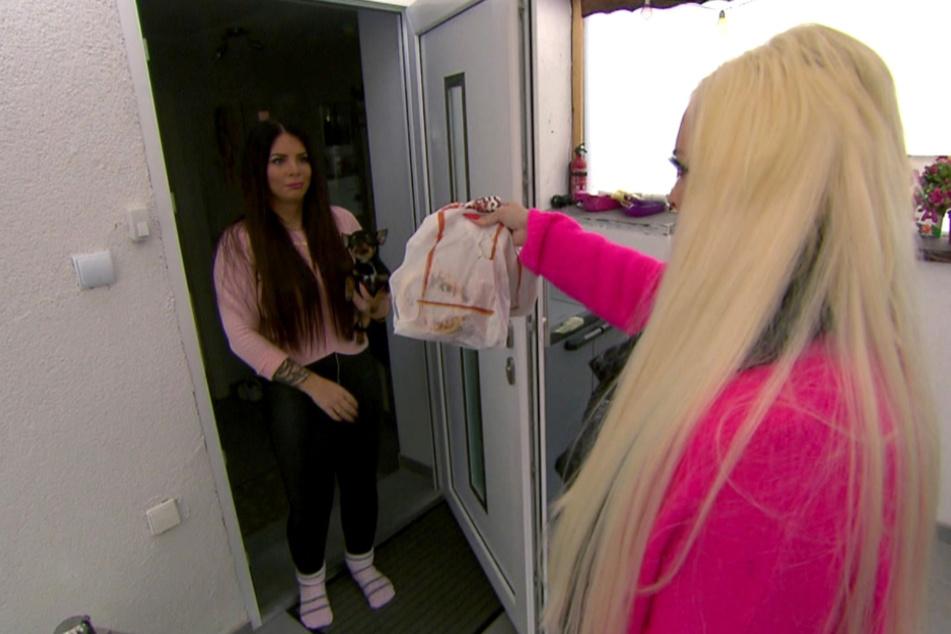 Plötzlich steht Dani (r.) bei ihrer Halbschwester Jenny vor der Tür.