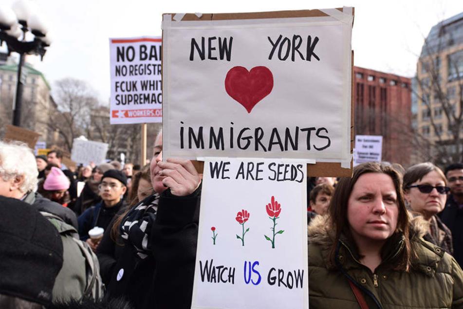 Das erste Einreiseverbot trieb Tausende Menschen auf die Straße - hier in NYC.
