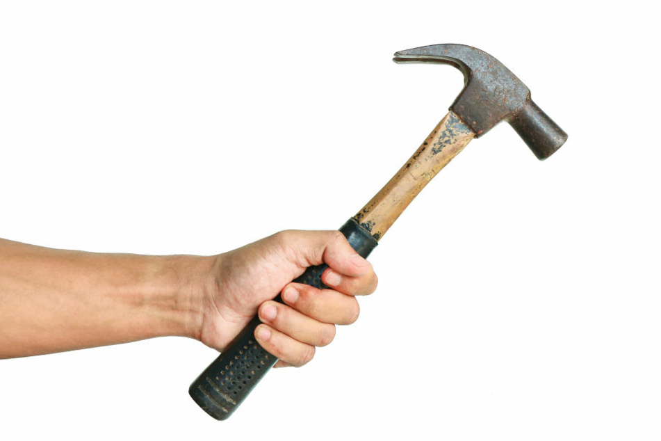 Der 89-Jährige soll seine Ehefrau mit Hammerschlägen und Messerstichen getötet haben (Symbolbild).